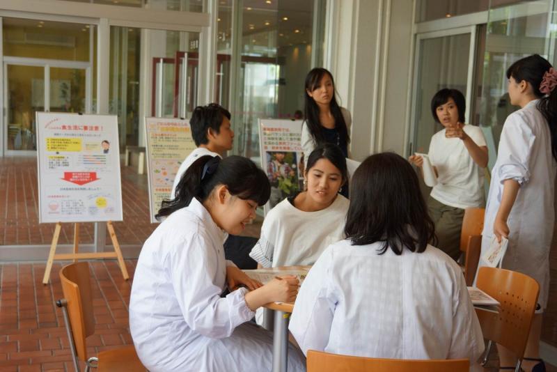 展示スペースで談笑する学生