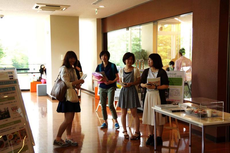 展示スペースにたたずむ女子学生